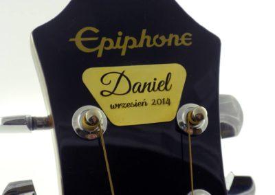 Gitara z metalową tabliczką