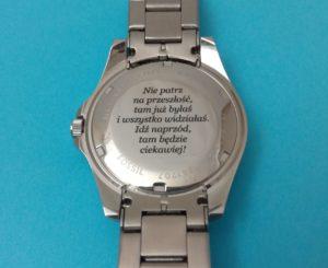 Wygrawerowany zegarek laserem.